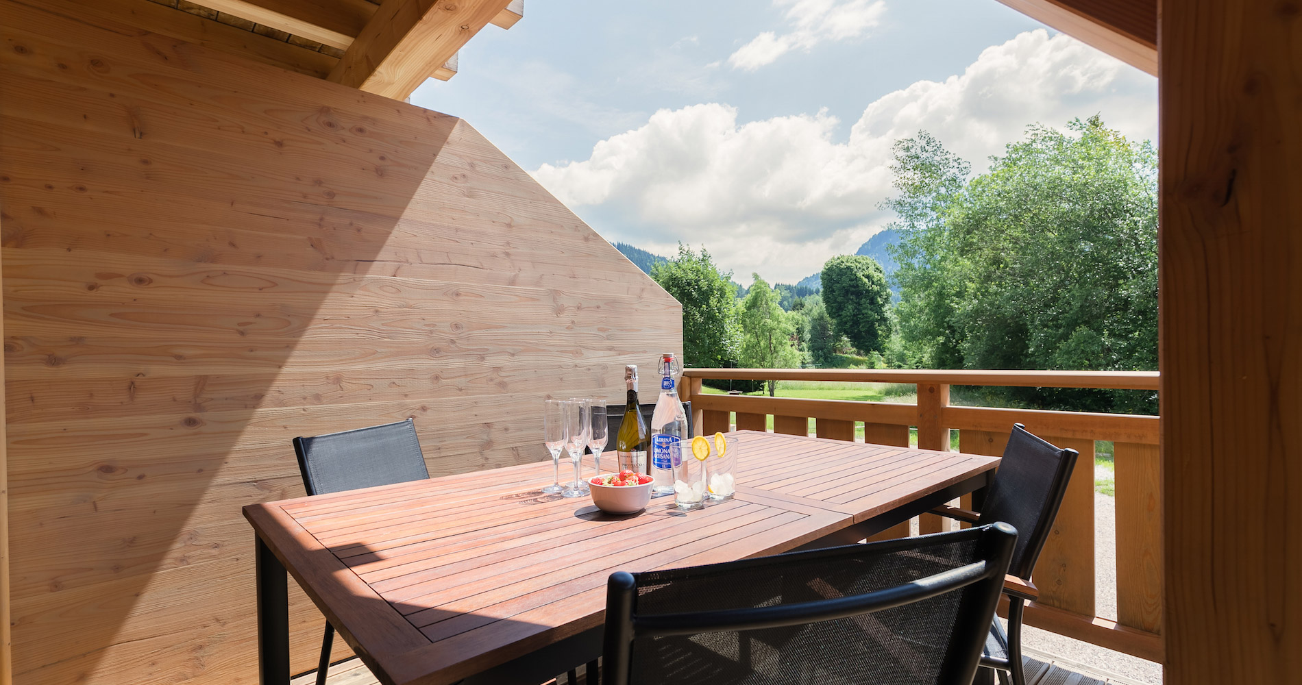 Chalet Accélère balcony dining view